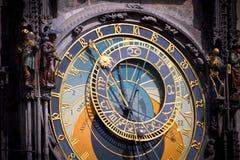 Horloge astronomique à Prague à l'aube photographie stock libre de droits