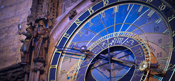 Horloge astronomique à Prague à l'aube Image stock