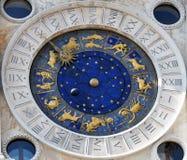 Horloge astronomique avec des signes de zodiaque Photographie stock libre de droits