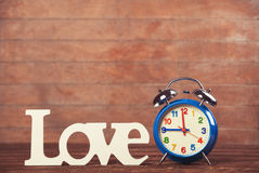 Horloge avec amour de mot Photos stock