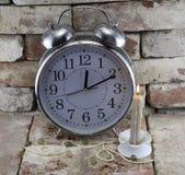 Horloge avec la bougie Image stock