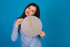 Horloge avec la femme dans le bleu Image stock