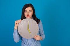 Horloge avec la femme dans le bleu Photos libres de droits