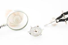 Horloge avec la loupe et le compas photos stock