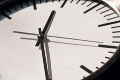 Horloge avec les mains mobiles sur le cadran blanc Temps de la vie image libre de droits