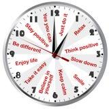 Horloge avec les messages de pensée de motivation et positifs Image libre de droits