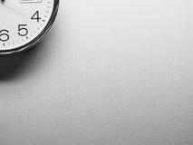 Horloge avec un modèle de backgound Photo stock