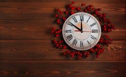 Horloge avec une guirlande de Noël Photos libres de droits
