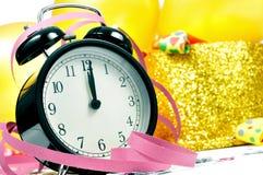 Horloge bij twaalf, ballons, partijhoornen en confettien voor nieuw Royalty-vrije Stock Foto