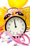 Horloge bij twaalf, ballons, wimpels en confettien voor nieuwe ye Stock Fotografie