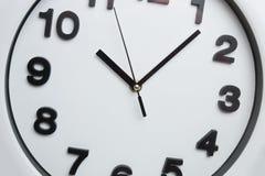 Horloge blanche de cuisine avec des nombres noirs photographie stock