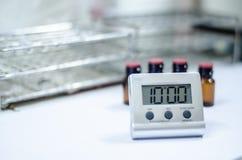 Horloge blanche de minuterie dans le laboratoire images stock