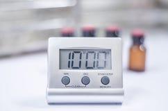 Horloge blanche de minuterie dans le laboratoire photographie stock