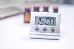 Horloge blanche de minuterie dans le laboratoire photo stock