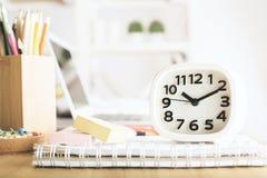 Horloge blanche sur le bureau de bureau Images libres de droits