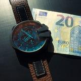 Horloge bovenop geld royalty-vrije stock foto's