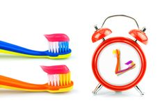 Horloge, brosses à dents, pâte dentifrice Photos libres de droits