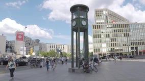 Horloge célèbre chez Potsdamer Platz en Berlin In Summer banque de vidéos