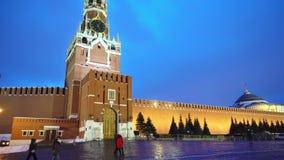 Horloge carrée rouge de Kremlin de panorama, mur de Kremlin, mausolée de Lénine, soirée banque de vidéos