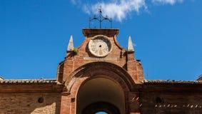 Horloge cassée dans un bâtiment antique de l'Italie photos stock