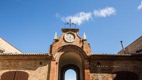 Horloge cassée dans un bâtiment antique de l'Italie photographie stock