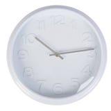 Horloge classique blanche sur un mur blanc Images libres de droits