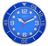 Horloge classique bleue sur un mur blanc Photos libres de droits