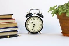 Horloge classique noire sur le fond blanc Photographie stock libre de droits