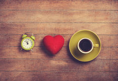 Horloge, coeur de forme et tasse Photographie stock