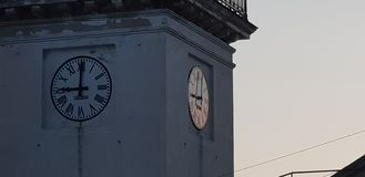 Horloge d'église au coucher du soleil photos libres de droits