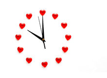 Horloge d'abrégé sur jour du ` s de Valentine et le cadran des coeurs Image stock