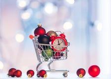 Horloge d'alam de Noël et caddie Photo stock