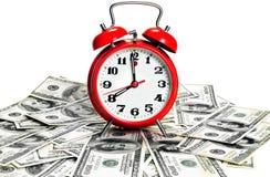 Horloge d'alarme au-dessus des dollars Photos libres de droits