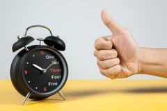 Horloge d'alarme avec le signe de réussite Images libres de droits