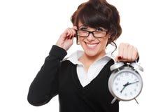 Horloge d'alarme de fixation de femme d'affaires Photo stock