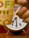 Horloge d'alarme et café Images libres de droits