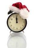 Horloge d'alarme noire dans un capuchon d'an neuf Photos stock