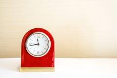 Horloge d'alarme sur la table blanche Photos stock