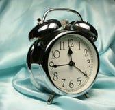 Horloge d'alarme sur le fond bleu Image libre de droits