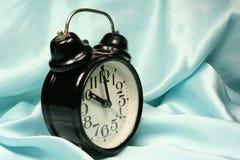 Horloge d'alarme sur le fond bleu Images libres de droits
