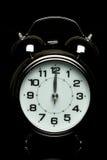 Horloge d'alarme sur le fond noir photographie stock libre de droits