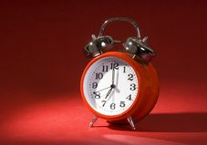 Horloge d'alarme sur le rouge Photo stock