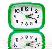 Horloge d'alarme verte Photos libres de droits