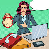 Horloge d'Art Business Woman Holding Alarm de bruit au travail de bureau avec l'ordinateur portable Photographie stock
