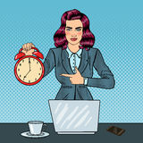 Horloge d'Art Business Woman Holding Alarm de bruit au travail de bureau avec l'ordinateur portable Photo libre de droits