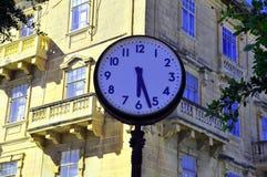 Horloge dans la place Photo stock