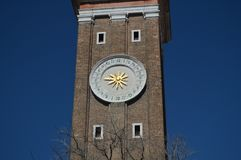 Horloge dans la tour de la façade de l'église de l'apôtre saint à Venise Voyage, vacances, architecture 28 mars 2015 photos libres de droits