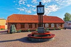 Horloge dans la ville Hall Square de Ventspils images stock