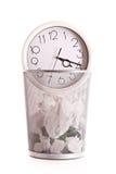 Horloge dans le détritus Photographie stock libre de droits