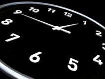 Horloge dans le fond noir et des cadrans blancs Image stock